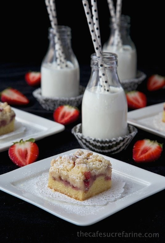 Strawberry Crumb Bars - a sweet, fresh taste of spring! it's the perfect dessert, brunch or breakfast treat.