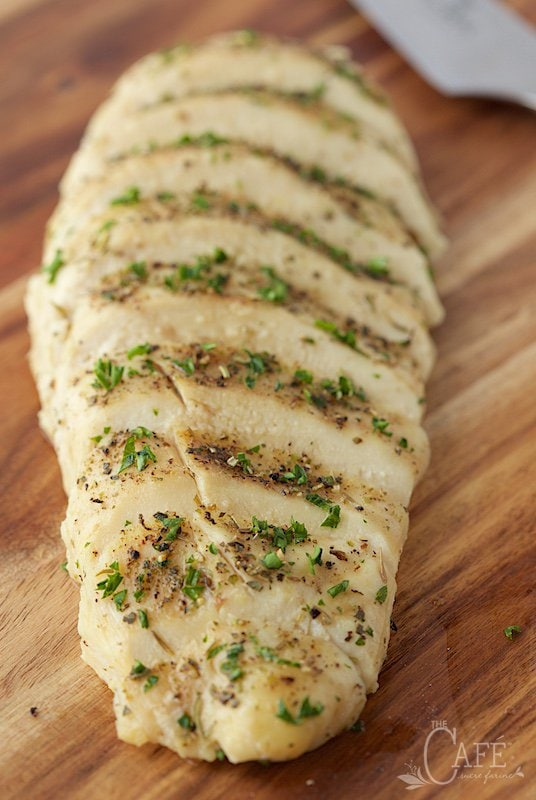 Tender, Moist, Baked Boneless Chicken Breasts - sound like a oxymoron to talk about baked and tender chicken in the same sentence? Nope! Check it out! thecafesucrefarine.com