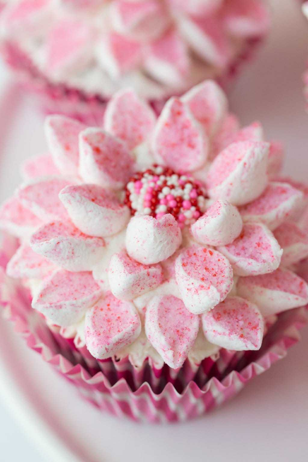 The easy way to decorate beautiful cupcakes the caf sucre farine marshmallow flower cupcakes beautiful delicious and fun a video tutorial on the amazingly izmirmasajfo
