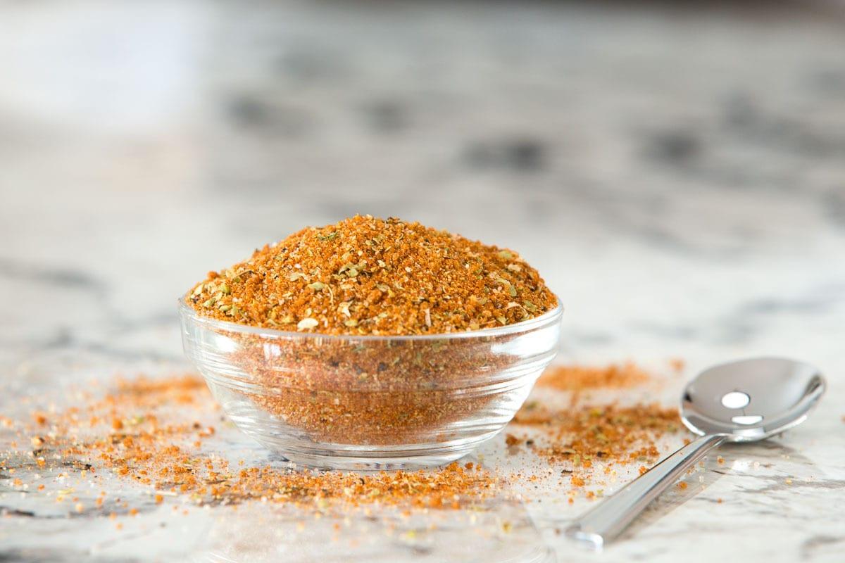 Foto de closeup de um prato de vidro de tempero usado em peitos de frango salteado com estilo restaurante.