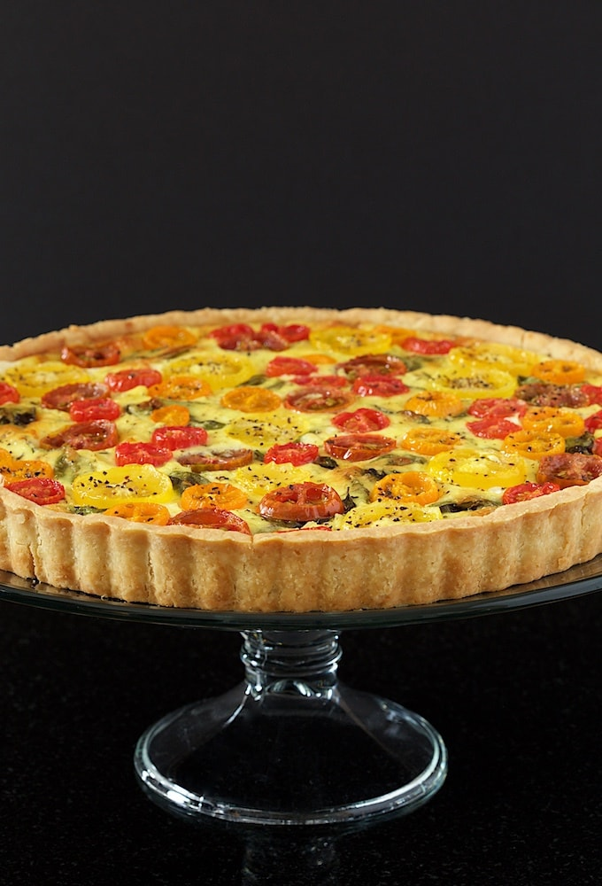 Tomato, Basil and Fresh Mozzarella Tart - with a super easy press-in crust, glistening jewel-hued tomatoes and lots of fresh basil, this tart makes a beautiful breakfast, lunch or dinner! thdcafesucrefarine.com